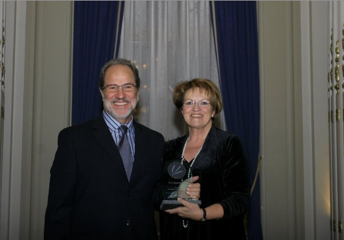 Gilles Delisle reçoit le Prix Noël-Mailloux des mains de la présidente de  l'Ordre des psychologues du Québec, Madame Rose-Marie Charest.